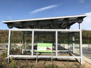 Rokersruimte en zitbanken bij de zonnepanelen rijwielstalling met zonnepanelen in Venlo