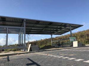 Fietsenrekken en e-bike oplaadpunten bij de zonnerijwielstalling in Sevenum.