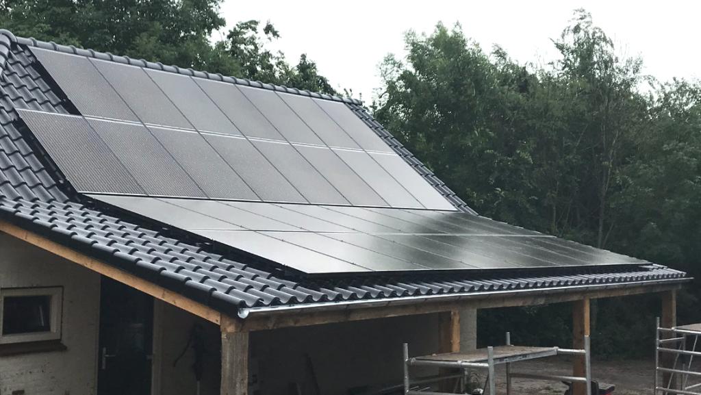 31 SolarWatt Glas-Glas zonnepanelen geïnstalleerd in Nijemirdum in Friesland door GroenOpgewekt 5.0 uit Meppel.
