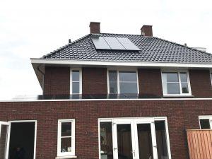 SolarWatt Glas-Glas PERC zonnepanelen geplaatst op plat dak en schuin dak in de wijk Berggierslanden in Meppel