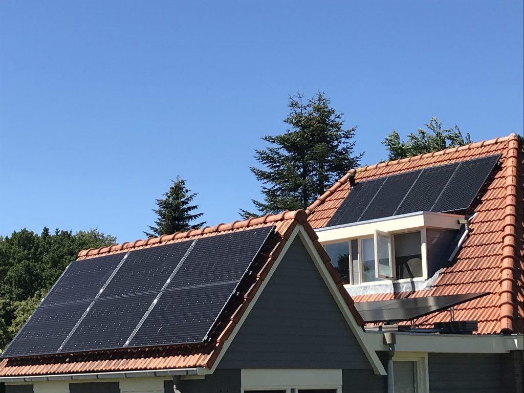 SolarWatt Glas-Glas zonnepanelen geïnstalleerd in Noordwolde, de provincie Friesland. De beste zonnepanelen solarwatt solarblue
