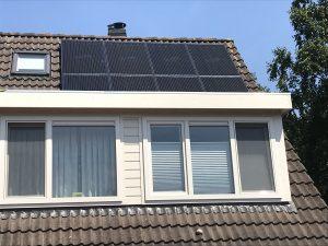 De woning van de fam. E. v. Dasselaar aan De Bouwkamp 80 in Meppel is voorzien van SolarWatt Glas-Glas zonnepanelen met een hoog efficiënte SolarEdge omvormer en het ValkSolar bevestiging en montage systeem.