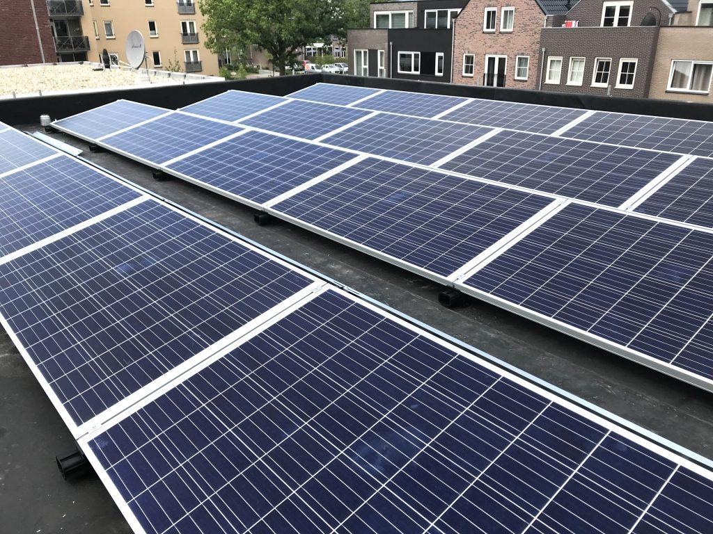 In Hoogeveen SolarWatt Glas/Glas zonnepanelen geplaatst op plat dak / Kaas-Pack Holland BV