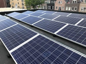 SolarWatt zonnepanelen geplaatst op het platte dak met flatfix fusion aan het Prins Maurits plein in Hoogeveen