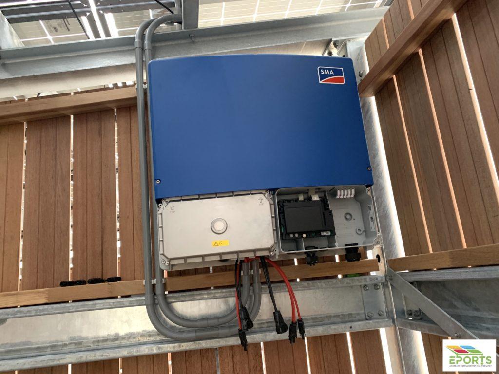 SMA omvormer geplaatst in de zonne overkapping, zonne carport